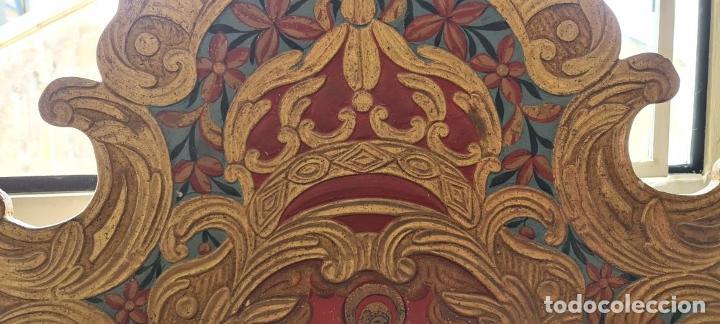 Antigüedades: CAMA OLOTINA CON LA VIRGEN DEL CARMEN. MADERA TALLADA Y POLICROMADA. SIGLO XVIII. - Foto 4 - 288916953