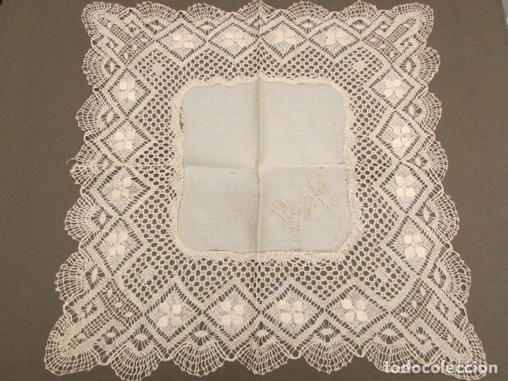 PAÑUELO BORDADO Y ENCAJE DE BOLILLO EN SEDA S.XIX (Antigüedades - Moda - Pañuelos Antiguos)