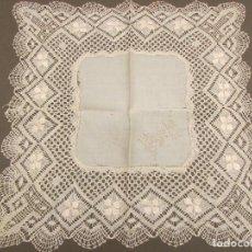 Antigüedades: PAÑUELO BORDADO Y ENCAJE DE BOLILLO EN SEDA S.XIX. Lote 288918708