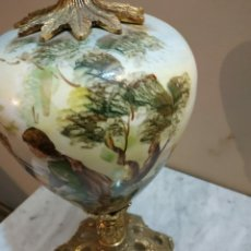 Antigüedades: JARRON DIBUJADO DE PORCELANA Y BRONCE. Lote 288943158