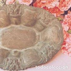 Antigüedades: ANTIGUO CENTRO REPUJADO CON DIBUJOS FLORALES ANTIQUE UNIQUE. Lote 288955608