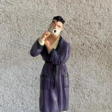 Antigüedades: FIGURA ESCAYOLA MARCA LINIA EXPRES DISSENY HOMBRE AFEITANDOSE MOVIDA AÑOS 80 33X13X9,5CMS. Lote 288964653
