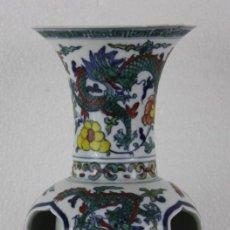 Antigüedades: JARRÓN CHINO PINTADO A MANO Y CALADO CON OTRO JARRÓN EN SU INTERIOR. FIRMADO EN LA BASE. Lote 289218848