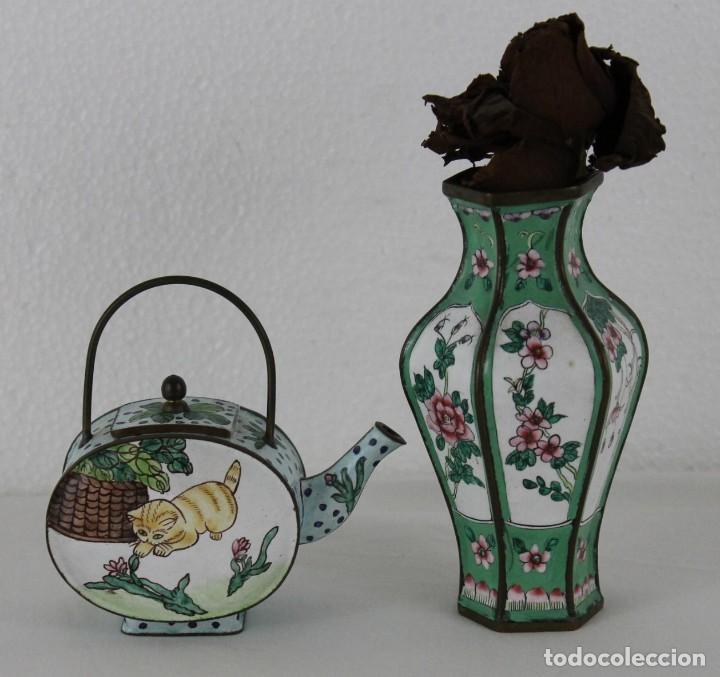 JARRÓN Y TETERA CHINOS EN METAL PINTADO A MANO. MEDIADOS DEL SIGLO XX (Antigüedades - Porcelanas y Cerámicas - China)