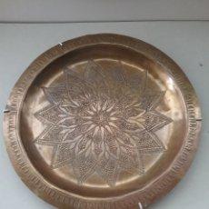 Antigüedades: PLATO CINCELADO EN METAL. Lote 289220463