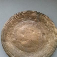 Antigüedades: PLATO CINCELADO EN METAL NEFERTITI. Lote 289223213