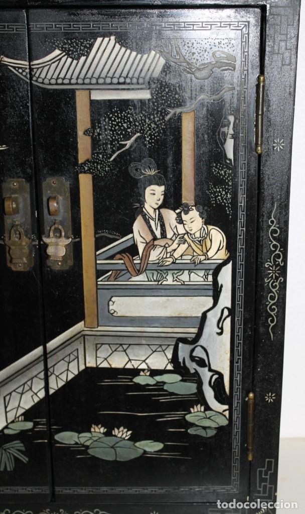 Antigüedades: Mueble chino en madera lacada, pintada a mano y aplicaciones. Mediados del siglo XX - Foto 3 - 289240623