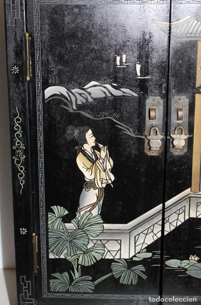 Antigüedades: Mueble chino en madera lacada, pintada a mano y aplicaciones. Mediados del siglo XX - Foto 4 - 289240623