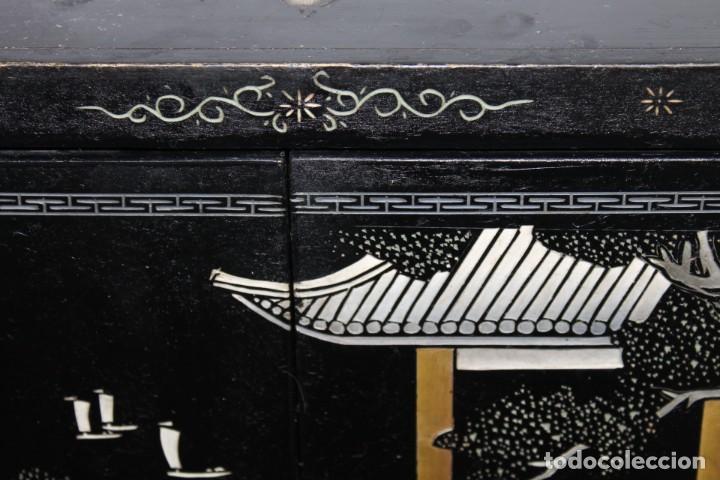 Antigüedades: Mueble chino en madera lacada, pintada a mano y aplicaciones. Mediados del siglo XX - Foto 6 - 289240623