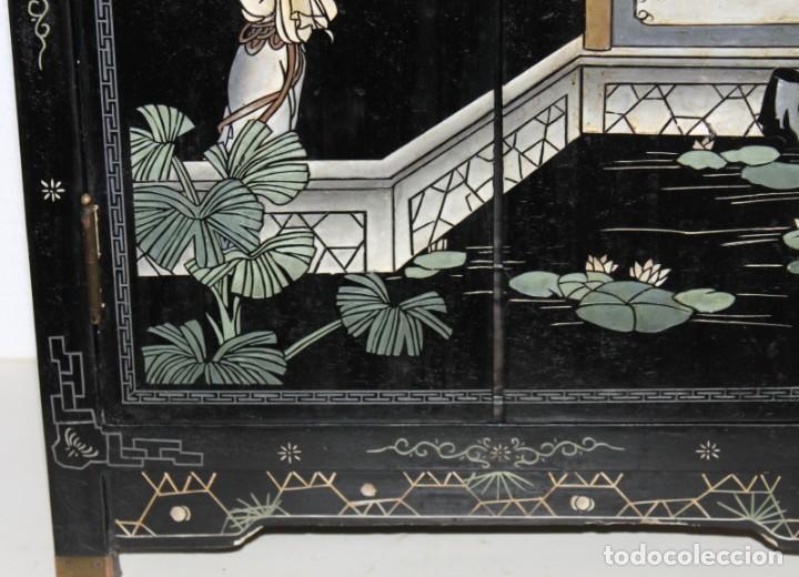 Antigüedades: Mueble chino en madera lacada, pintada a mano y aplicaciones. Mediados del siglo XX - Foto 8 - 289240623
