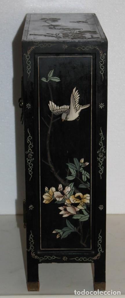 Antigüedades: Mueble chino en madera lacada, pintada a mano y aplicaciones. Mediados del siglo XX - Foto 11 - 289240623