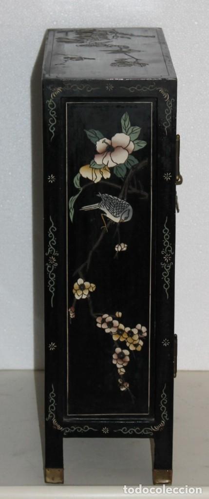 Antigüedades: Mueble chino en madera lacada, pintada a mano y aplicaciones. Mediados del siglo XX - Foto 13 - 289240623