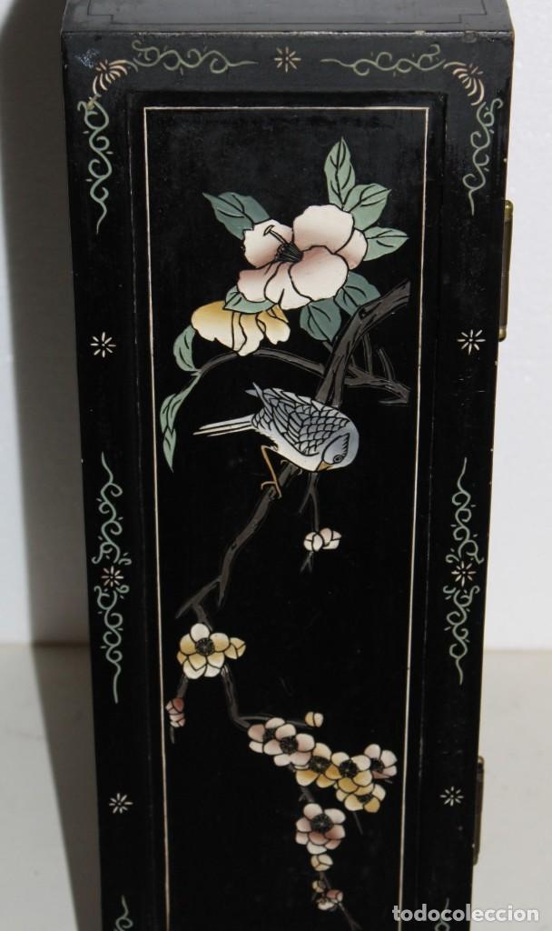 Antigüedades: Mueble chino en madera lacada, pintada a mano y aplicaciones. Mediados del siglo XX - Foto 14 - 289240623