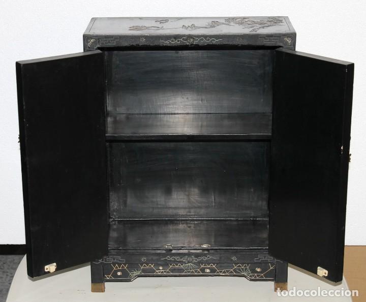 Antigüedades: Mueble chino en madera lacada, pintada a mano y aplicaciones. Mediados del siglo XX - Foto 15 - 289240623