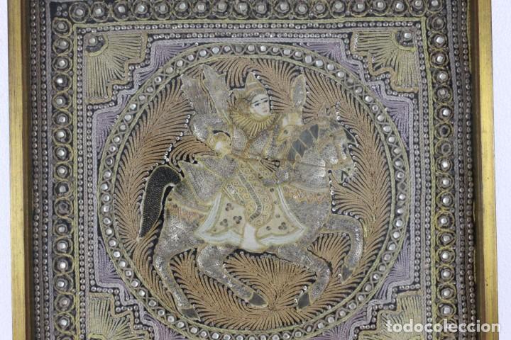 Antigüedades: Tapiz Indio bordado con hilos, lentejuelas y cristales con marco de madera. Años 60 - Foto 2 - 289248868