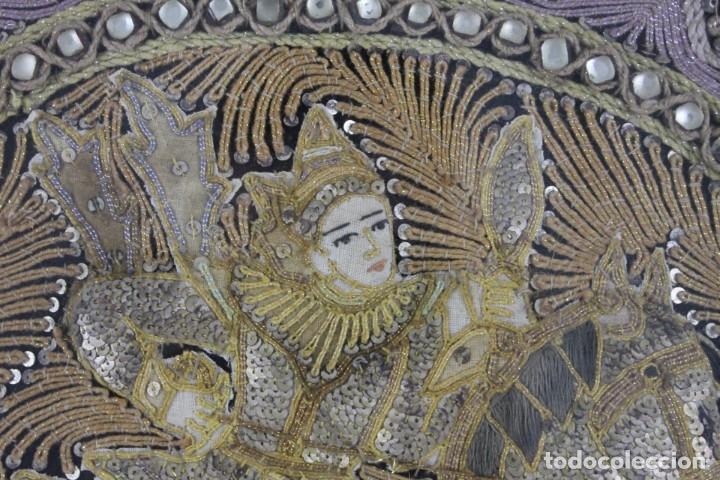 Antigüedades: Tapiz Indio bordado con hilos, lentejuelas y cristales con marco de madera. Años 60 - Foto 3 - 289248868