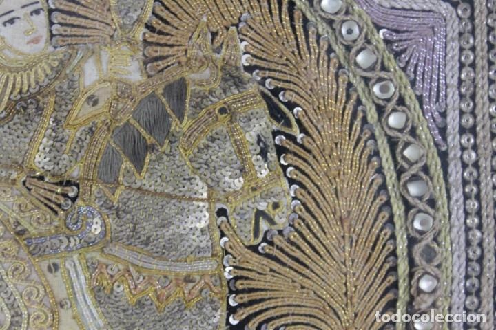 Antigüedades: Tapiz Indio bordado con hilos, lentejuelas y cristales con marco de madera. Años 60 - Foto 4 - 289248868