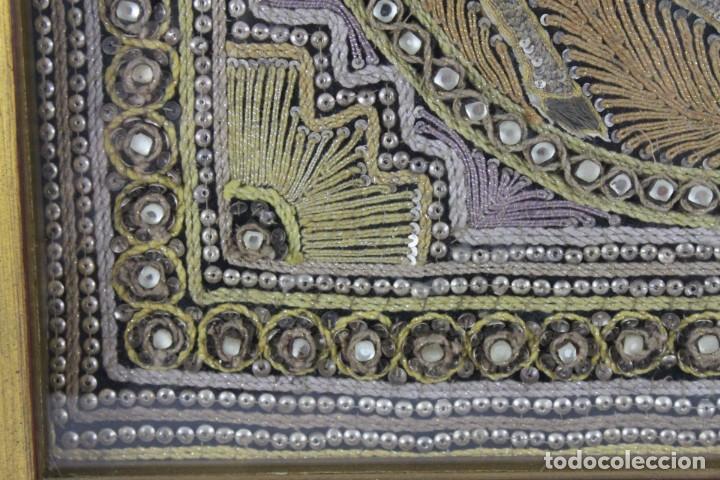 Antigüedades: Tapiz Indio bordado con hilos, lentejuelas y cristales con marco de madera. Años 60 - Foto 6 - 289248868