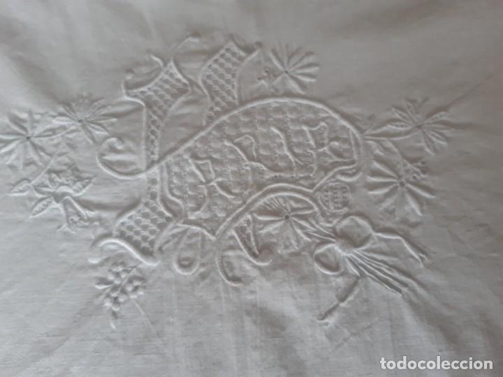 Antigüedades: ANTIGUA SABANA CON BONITO BORDADO Y CALADO, CON EL NOMBRE DE MARIA. - Foto 3 - 289258348