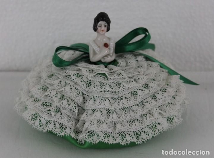 COJÍN DE TOCADOR ALFILETERO CON BUSTO DE MUJER EN PORCELANA (Antigüedades - Moda y Complementos - Mujer)
