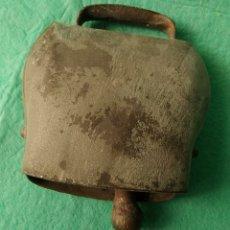 Antigüedades: GRAN CENCERRO ANTIGUO DE HIERRO FORJADO A MANO. SUIZA !. Lote 289328843