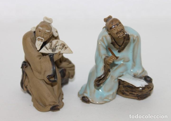 DOS FIGURAS DE SABIOS CHINOS EN TERRACOTA POLICROMADA (Antigüedades - Porcelanas y Cerámicas - China)