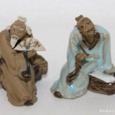 Antigüedades: DOS FIGURAS DE SABIOS CHINOS EN TERRACOTA POLICROMADA. Lote 289328923
