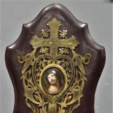 Antigüedades: BENDITERA DE LATON DORADO Y ECCE HOMO. SIGLO XIX. Lote 289341653