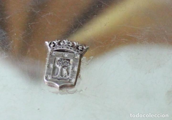 Antigüedades: Bandeja de metal plateado con el escudo de la ciudad de Madrid. - Foto 2 - 289473868