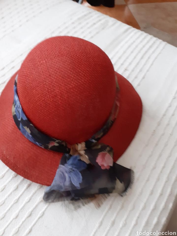 SOMBREO DE SEÑORA .ES DE LOS AÑOS 70.ES UN RESTO DE TIENDA . (Antigüedades - Moda - Sombreros Antiguos)