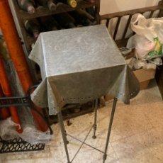 Antigüedades: MAGNIFICA MESA AUXILIAR ALTA ECHA ÍNTEGRAMENTE EN METAL. Lote 289527723