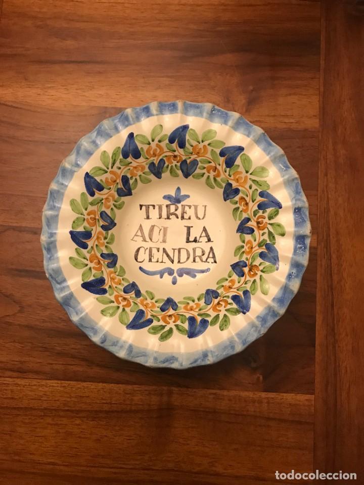 ANTIGUO CENICERO DE LOZA PINTADO A MANO CON TEXTO EN CATALÁN . (Antigüedades - Porcelanas y Cerámicas - Triana)