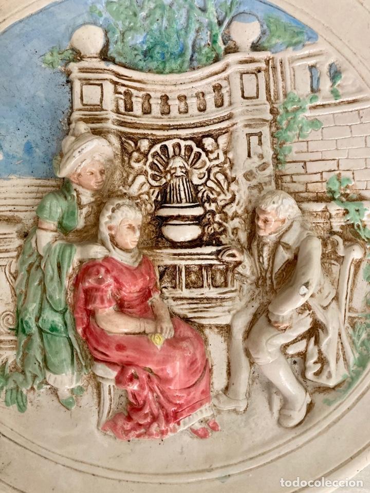 Antigüedades: Antiguo plato de cerámica , en relieve y pintado a mano , años 70 - Foto 2 - 289713683