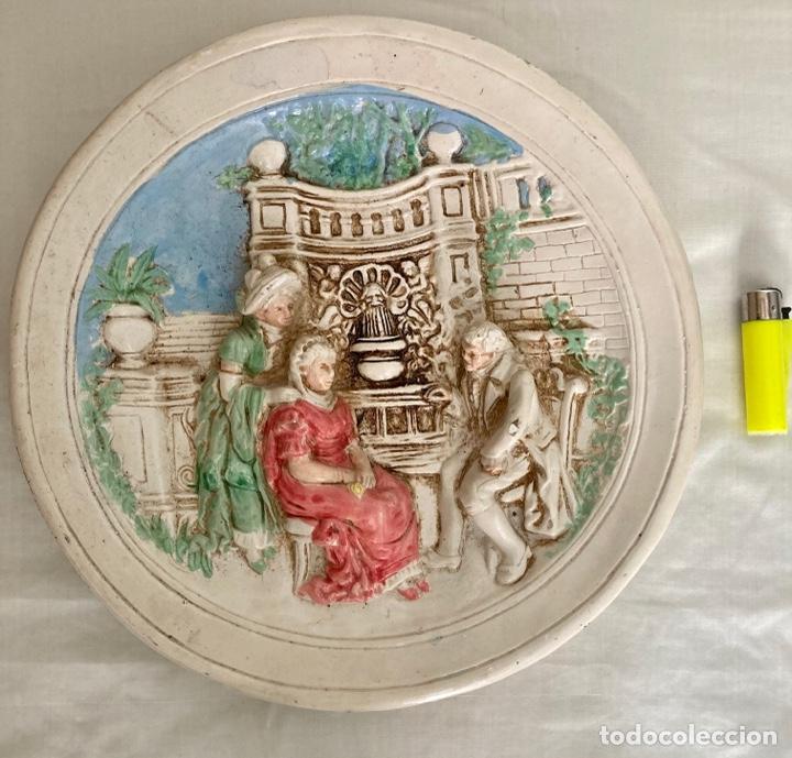 ANTIGUO PLATO DE CERÁMICA , EN RELIEVE Y PINTADO A MANO , AÑOS 70 (Antigüedades - Porcelanas y Cerámicas - Otras)