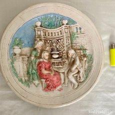 Antigüedades: ANTIGUO PLATO DE CERÁMICA , EN RELIEVE Y PINTADO A MANO , AÑOS 70. Lote 289713683