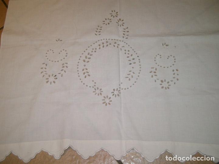 Antigüedades: Antiqua toalla / Cortina de lino con cenefa,bordados y monograma.Blanco 138 x 70 cm. - Foto 2 - 289723833