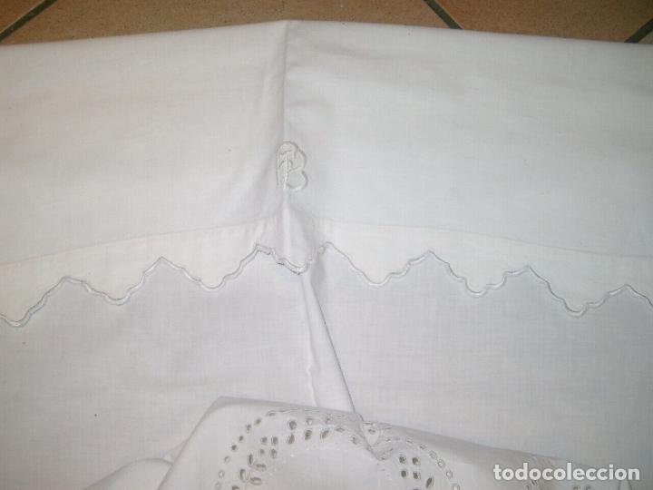 Antigüedades: Antiqua toalla / Cortina de lino con cenefa,bordados y monograma.Blanco 138 x 70 cm. - Foto 3 - 289723833
