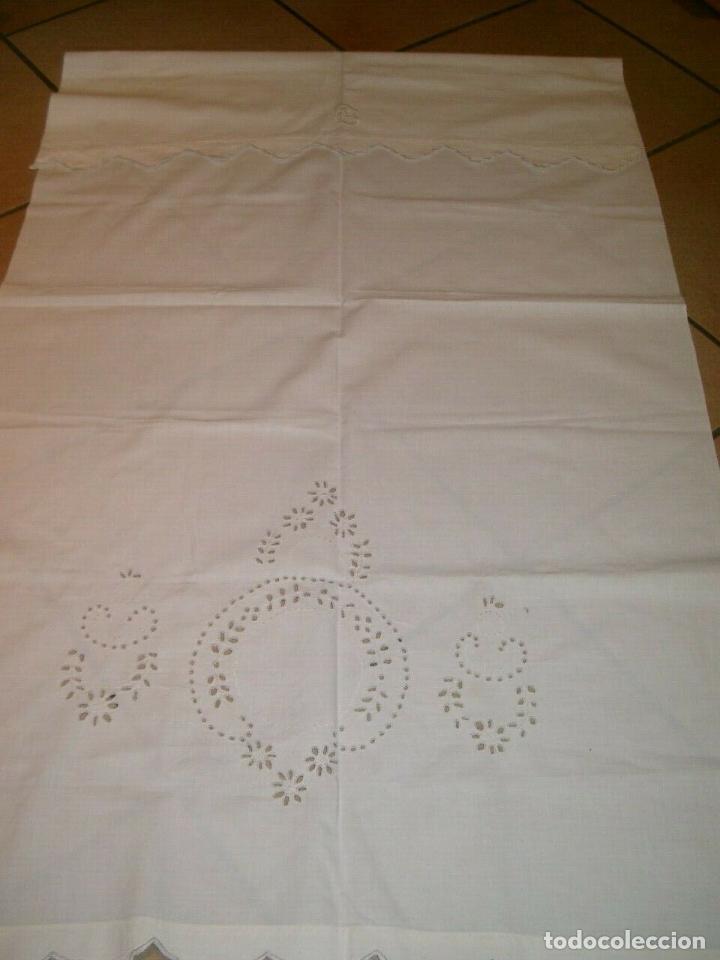 Antigüedades: Antiqua toalla / Cortina de lino con cenefa,bordados y monograma.Blanco 138 x 70 cm. - Foto 4 - 289723833