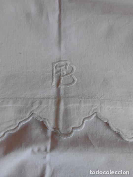 Antigüedades: Antiqua toalla / Cortina de lino con cenefa,bordados y monograma.Blanco 138 x 70 cm. - Foto 6 - 289723833