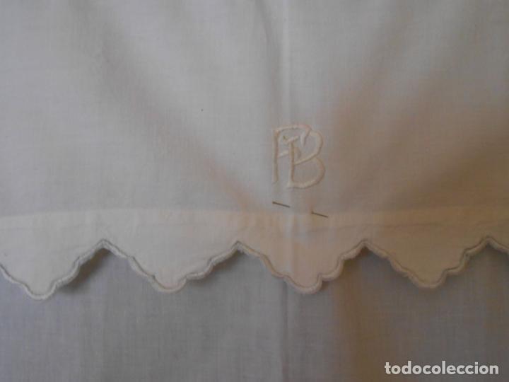 Antigüedades: Antiqua toalla / Cortina de lino con cenefa,bordados y monograma.Blanco 138 x 70 cm. - Foto 8 - 289723833