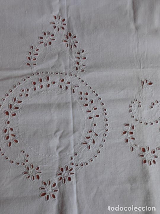 Antigüedades: Antiqua toalla / Cortina de lino con cenefa,bordados y monograma.Blanco 138 x 70 cm. - Foto 9 - 289723833
