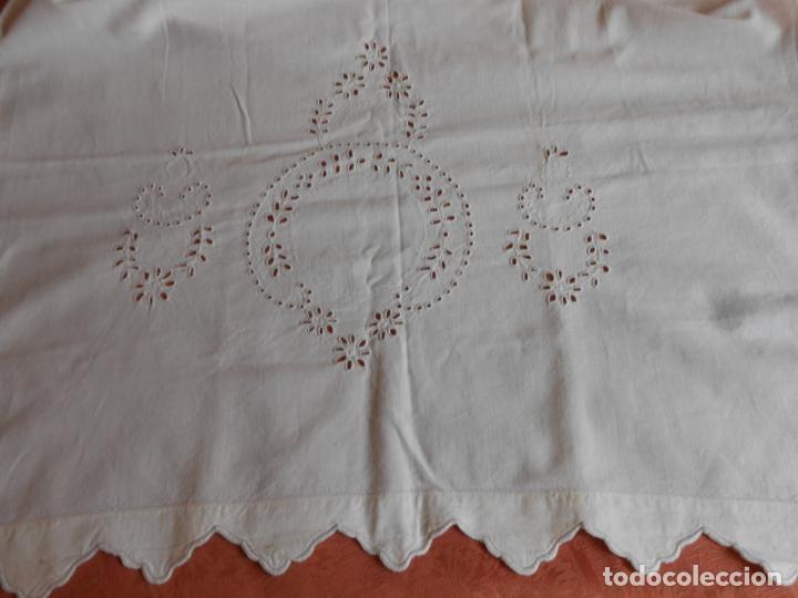 Antigüedades: Antiqua toalla / Cortina de lino con cenefa,bordados y monograma.Blanco 138 x 70 cm. - Foto 10 - 289723833