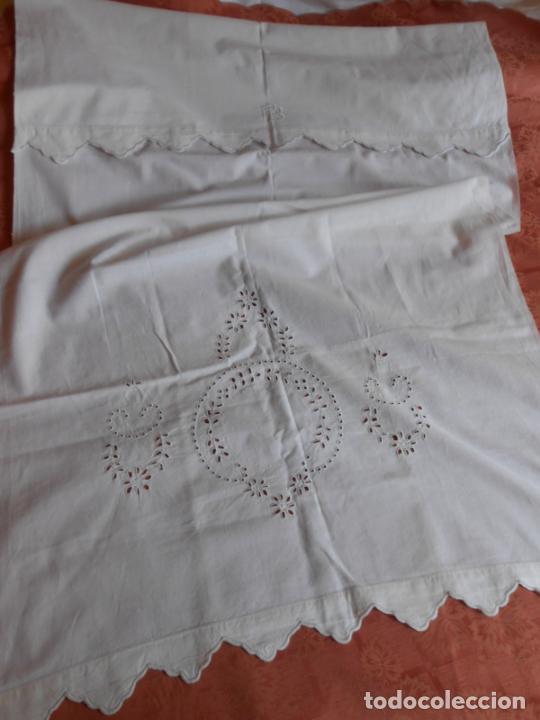 Antigüedades: Antiqua toalla / Cortina de lino con cenefa,bordados y monograma.Blanco 138 x 70 cm. - Foto 11 - 289723833