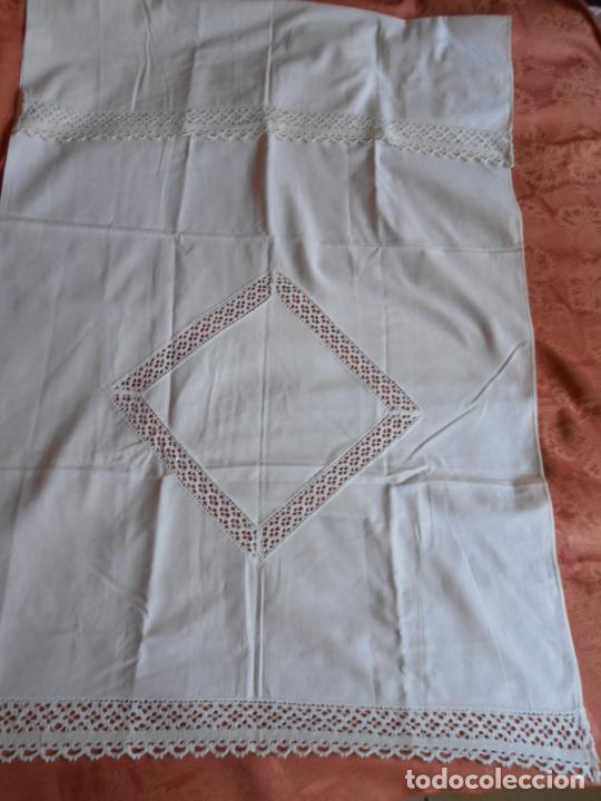 Antigüedades: Antiqua toalla / Cortina de llino.Blanco.Con puntilla y entredos 116 x 67 cm. - Foto 4 - 289729223