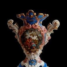 Antigüedades: JARRON TIPO SEVRES PORCELANA SELLADA CON ESCENAS FRAGONARD. Lote 289732473