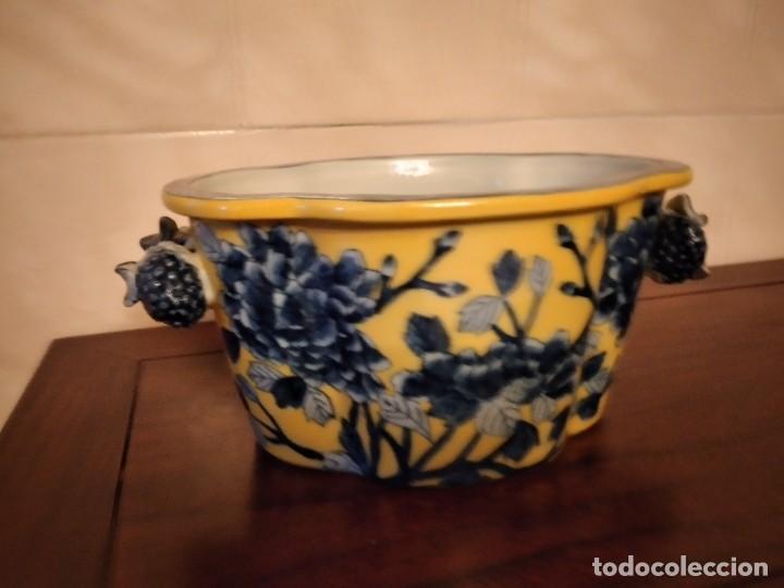 ANTIGUO CENTRO DE MESA DE PORCELANA CHINA UNITED WILSON JUWC 1897,FLORES AZULES SOBRE FONDO AMARILLO (Antigüedades - Porcelanas y Cerámicas - China)