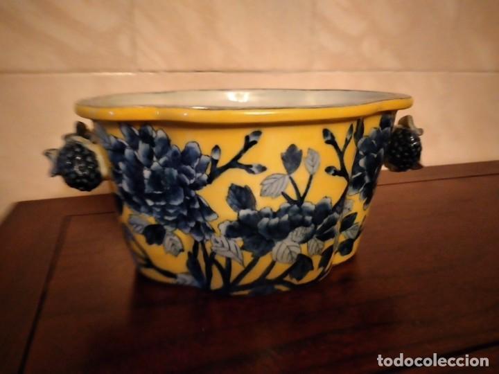 Antigüedades: Antiguo centro de mesa de PORCELANA CHINA UNITED WILSON JUWC 1897,flores azules sobre fondo amarillo - Foto 2 - 289754813