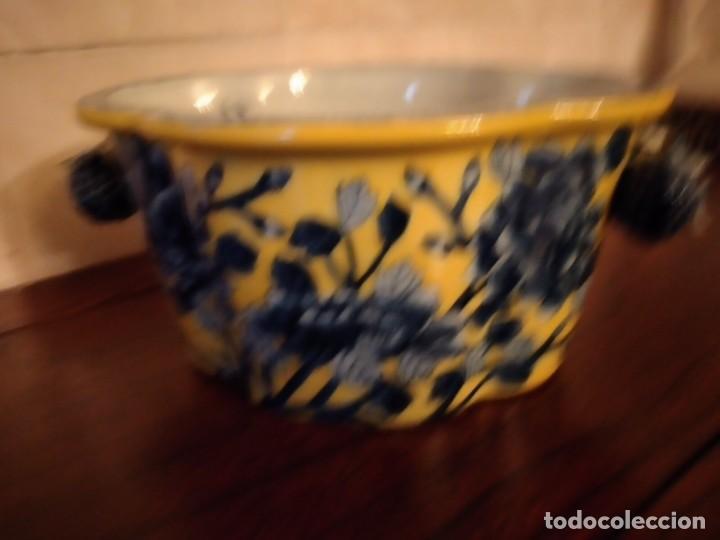 Antigüedades: Antiguo centro de mesa de PORCELANA CHINA UNITED WILSON JUWC 1897,flores azules sobre fondo amarillo - Foto 5 - 289754813