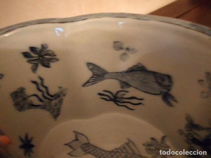 Antigüedades: Antiguo centro de mesa de PORCELANA CHINA UNITED WILSON JUWC 1897,flores azules sobre fondo amarillo - Foto 9 - 289754813