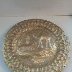 Antigüedades: PLATO CINCELADO EN METAL.. Lote 289803693